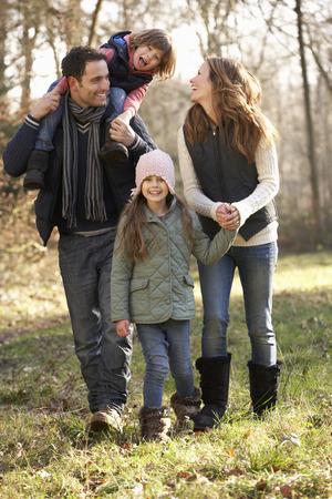 Familie van het land lopen in de winter