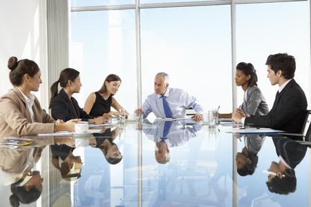 negocios: Grupo de personas de negocios que tienen reunión Junta alrededor de la mesa de cristal