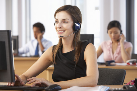 Friendly Customer Service Agent In Call Centre Banco de Imagens - 42164026