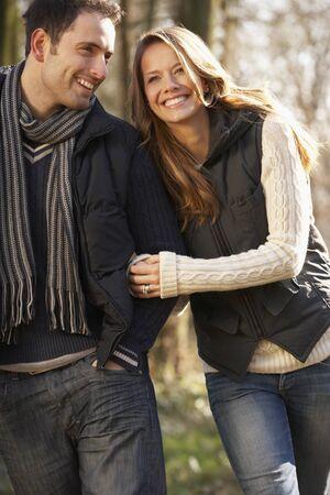 romantyczny: Para na romantyczny spacer w zimie