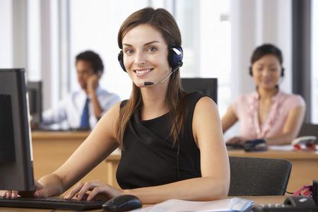 Amistoso Agente de Servicio al Cliente En Centro de llamadas Foto de archivo