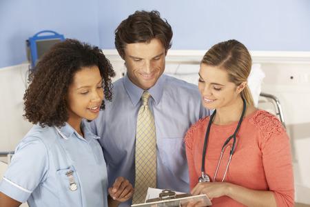 enfermeros: Los m�dicos y enfermeras que trabajan en el hospital Foto de archivo