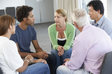 personas escuchando: Reunión del Grupo de Apoyo