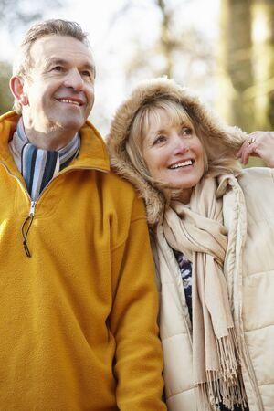 jubilados: Senior pareja al aire libre en invierno