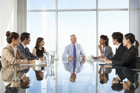 tablero: Grupo de personas de negocios que tienen reuni�n Junta alrededor de la mesa de cristal