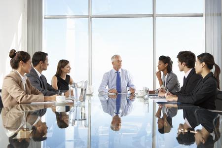 planung: Gruppe Geschäftsleute, die Vorstandssitzung Rund Glastisch