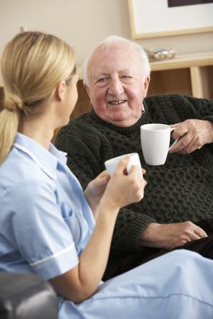Enfermera visita hombre senior en casa