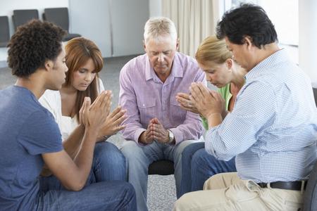 mujeres orando: Reuni�n del Grupo de Estudio de la Biblia