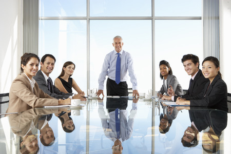 Groep Van Zakelijke Mensen Die Board Meeting Rond Glazen Tafel