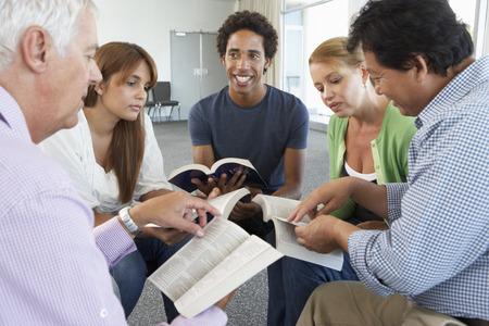 grupos de personas: Reuni�n del Grupo de Estudio de la Biblia