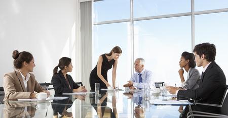 biznes: Grupa ludzi biznesu posiedzenia zarządu Około Posiadające tabeli szkła