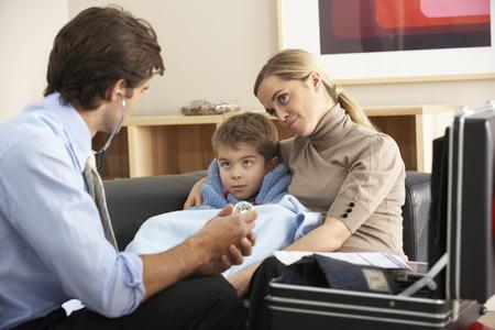 医者が病気の子と母親の自宅を訪問 写真素材