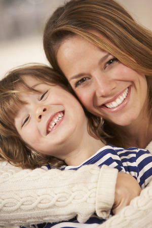 Portret van moeder en zoon thuis