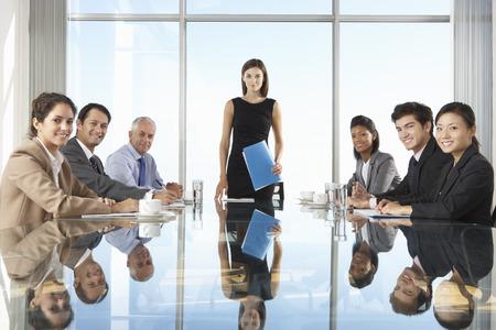 유리 테이블 주위 모임 회의 데 사업 사람들의 그룹 스톡 콘텐츠