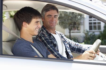 manejando: Enseñanza del padre hijo adolescente a conducir