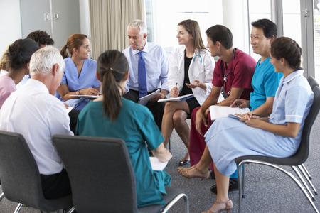 cirujano: Personal m�dico Sentados en c�rculo en la caja de Reuni�n Foto de archivo