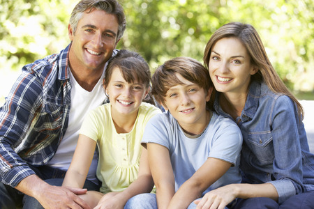 familias felices: Retrato De Familia Feliz Sentado en jardín junto