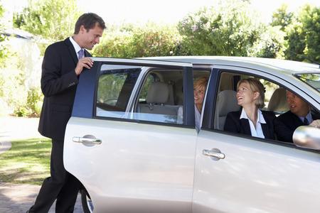 작업 속으로 비즈니스 동료 자동차 풀링 여행의 그룹 스톡 콘텐츠
