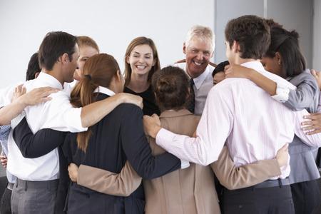 ビジネスマンが会社のセミナーでサークルの結合のグループ