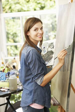 artistas: Artista Femenina Que Trabaja Pintura En Estudio