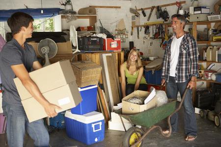 Teenage Familie Clearing Garage Für Yard Sale Lizenzfreie Bilder