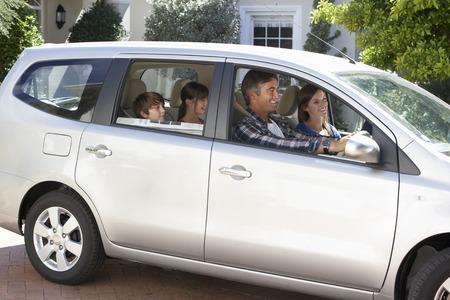 Familia de emprender viaje en coche Foto de archivo - 42164637