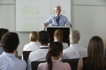 회의에서 프리젠 테이션을 전달하는 중간 세 사업가