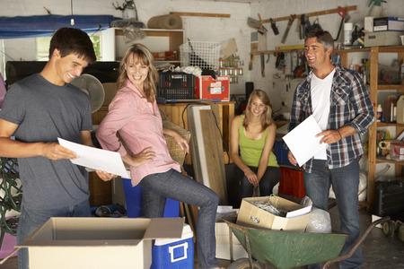 madre e hija adolescente: Familia adolescente Clearing Garaje Para Yard Sale Foto de archivo