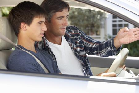 hombre conduciendo: Enseñanza del padre hijo adolescente a conducir