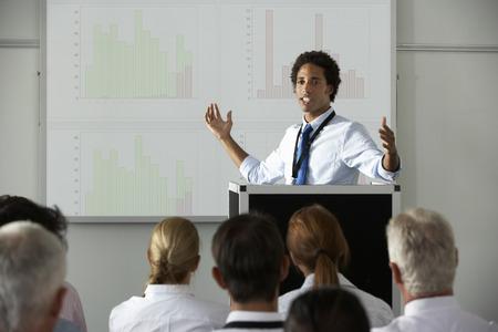 Joven Empresario Entrega de presentación en la conferencia Foto de archivo - 42164716