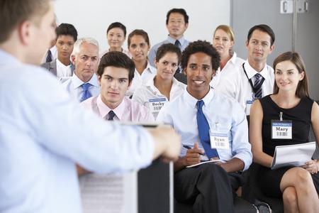 ENTRENANDO: Personal médico Sentados en círculo en la caja de Reunión Foto de archivo