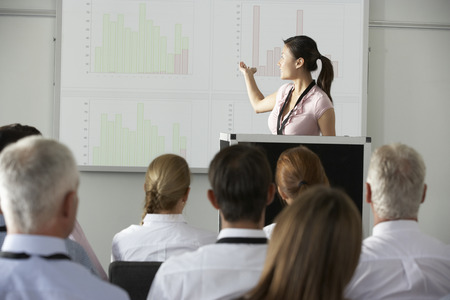 若い実業家の会議でプレゼンテーションを提供すること
