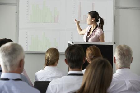 회의에서 프리젠 테이션을 제공하는 젊은 사업가 스톡 콘텐츠