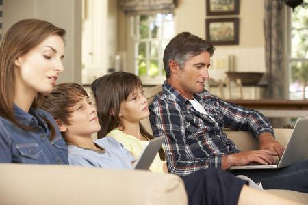 personas viendo television: Los ni�os que ven la TV Mientras que los padres usan la computadora port�til y Tablet PC en el hogar