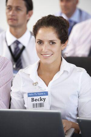 delegar: Mujer Delegado Escucha La Presentaci�n En Realizaci�n de conferencias Notas en la computadora port�til