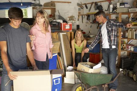 madre e hija adolescente: Familia adolescente Compensación garaje para Yard Sale