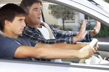 Nervioso enseñanza del padre hijo adolescente a conducir
