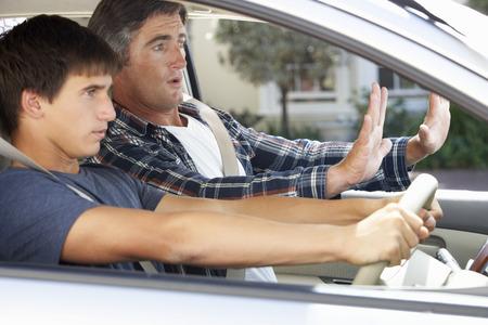manejando: Nervioso enseñanza del padre hijo adolescente a conducir