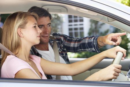 Vader Onderwijs TienerDochter To Drive Stockfoto
