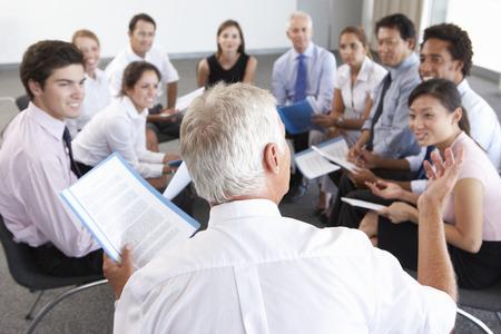 회사 세미나에서 서클에 앉아있는 기업인들