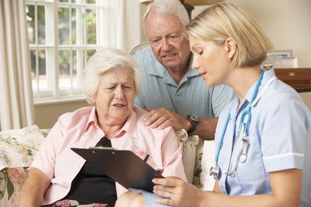 pielęgniarki: Emerytowany kobieta starszy o Health Check Z pielęgniarka w domu Zdjęcie Seryjne