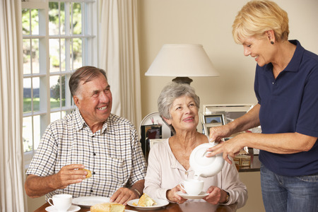 aide a domicile: Couple senior B�n�ficiant Afternoon Tea Together At Home With Accueil Aide