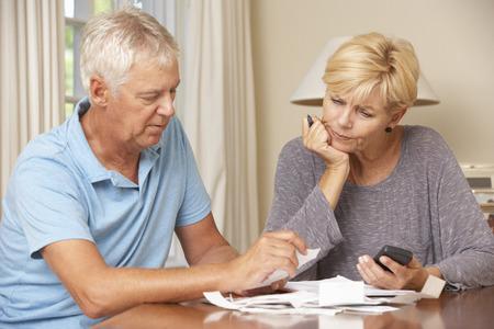걱정 성숙한 커플 재정 확인과 함께 법안을 통과