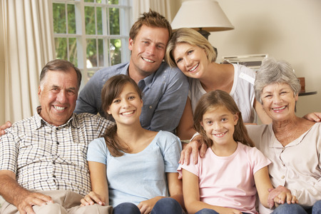 madre e hija adolescente: Multi Generaci�n Grupo Familia que se sienta en el sof� Interior