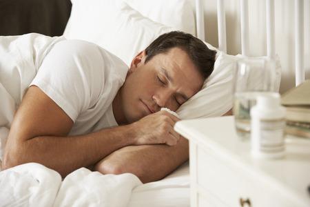 gente durmiendo: Medicación En Mesita de noche de dormir hombre