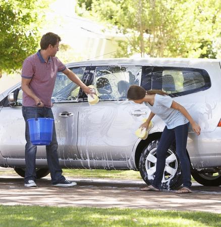 Otec a dospívající dcera mytí auta Společně Reklamní fotografie