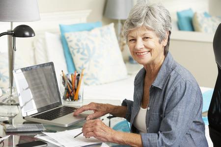 tercera edad: Principal Oficina Mujer Que Trabaja En Casa Foto de archivo