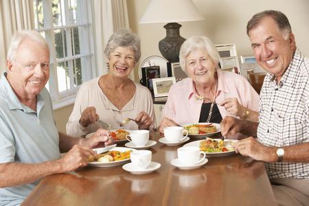 seniors: Grupo de parejas mayores que disfrutan de la comida junto