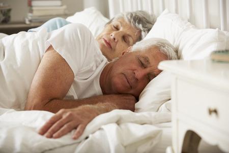 mujer en la cama: Pareja mayor dormido en la cama juntos Foto de archivo
