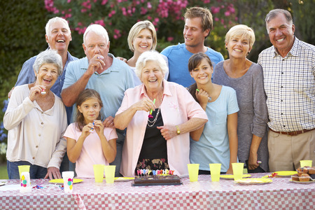 祝賀会: 屋外で誕生日を祝う大規模な家族グループ
